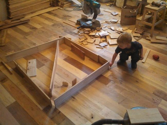 jongetje-speelt-met-hout