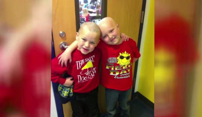 jongen-scheert-hoofd-kaal-voor-vriend-met-kanker