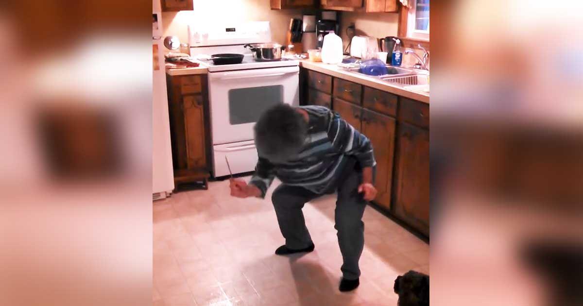 vrouw-danst-in-keuken