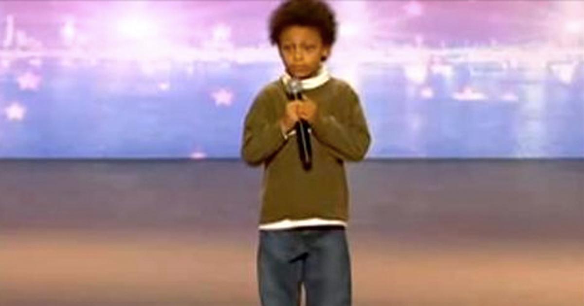 jongen met autisme zingt