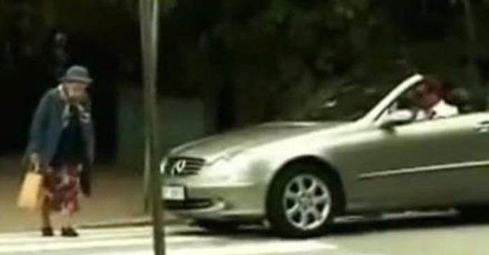 bejaarde vrouw auto