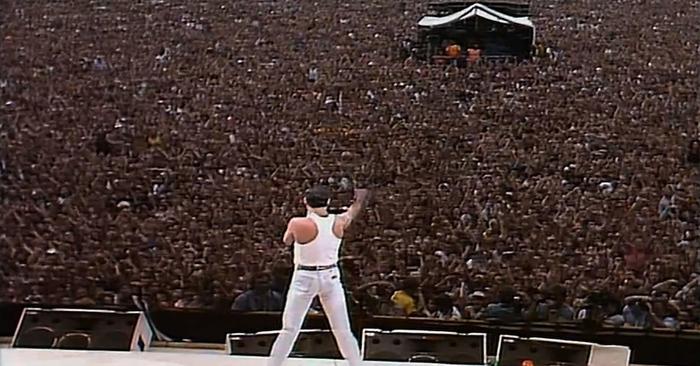 Queen optreden podium concert microfoon gitaar