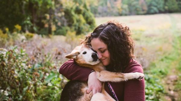 knuffelen met hond